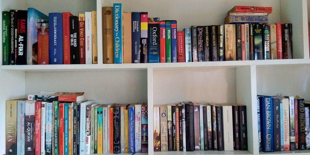 deretan buku (tips memilih penerbit)